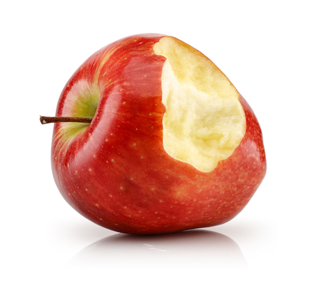 Manzana roja mordida aislado sobre fondo blanco.