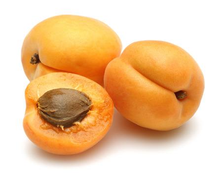 Frische Aprikosenfrüchte isoliert auf weißem Hintergrund Standard-Bild