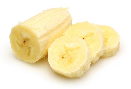 Rodajas de plátano pelado aislado sobre fondo blanco.