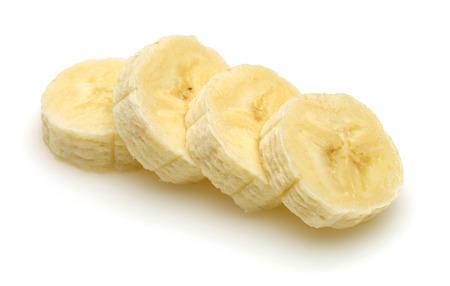 Rodajas de plátano pelado aislado sobre fondo blanco. Foto de archivo