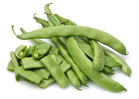 Haricots verts frais isolés sur fond blanc