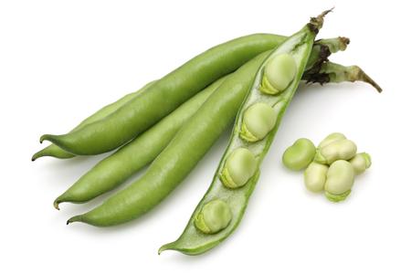 Fève verte fraîche isolé sur fond blanc