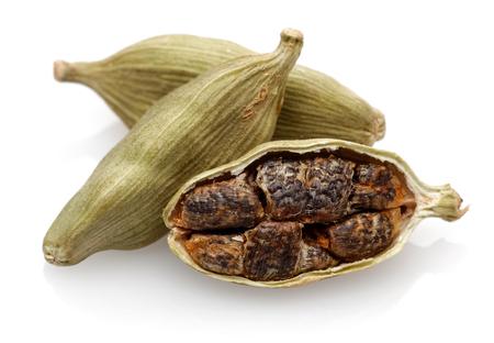 Strąki i nasiona kardamonu na białym tle Zdjęcie Seryjne