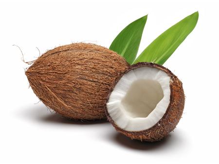 Coco fresco roto por la mitad con hojas aisladas sobre fondo blanco.