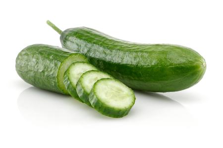 Verse plakjes komkommer geïsoleerd op een witte achtergrond