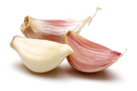 Dientes de ajo aislado sobre fondo blanco. Foto de archivo