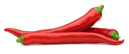 Poivrons rouges frais isolés sur fond blanc