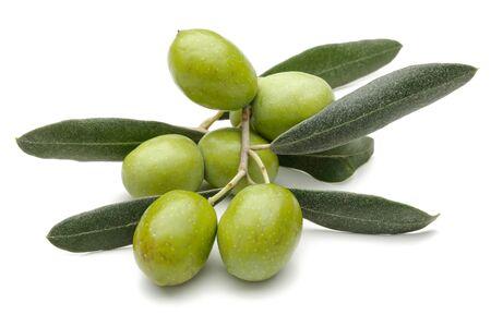 Grüne Oliven mit Blättern auf weißem Hintergrund