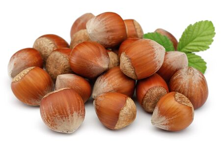 Hazelnuts and leaves isolated on white background Stok Fotoğraf - 128992471
