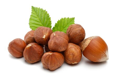 Hazelnuts and leaves isolated on white background Stok Fotoğraf - 128992549