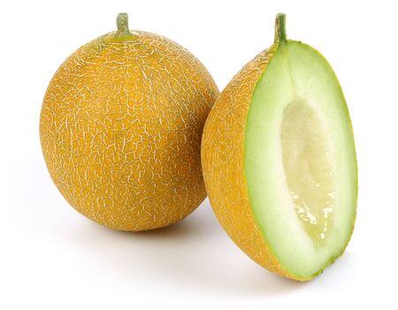Ganze und geschnittene reife Melonenfrüchte isoliert auf weißem Hintergrund