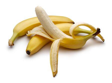 Plátanos maduros pelados aislados sobre fondo blanco. Tiro del estudio