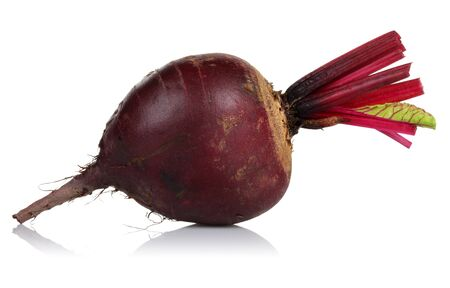 Fresh red beet isolated on white background Stok Fotoğraf - 129944311