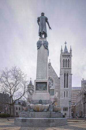 SYRACUSE, NEW YORK - JAN 14, 2020: Vertical View of Columbus Circle Monument in Foreground and Cathedral of Immaculate Conception in Syracuse New York Redakční