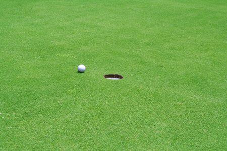 穴の近くでゴルフ ボール
