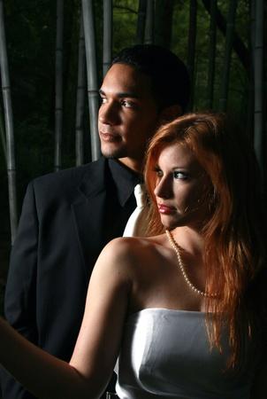 Un hombre y una mujer en la sombra, rodeado de bambú Foto de archivo - 10570113