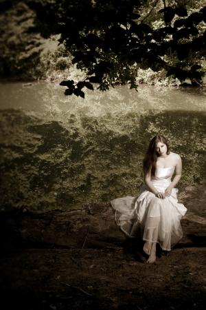 Eine Frau oder Braut sitzt auf einem Baumstamm Standard-Bild - 13826720