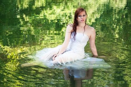 Eine Frau erscheint in grünem Wasser schweben Standard-Bild - 13826724