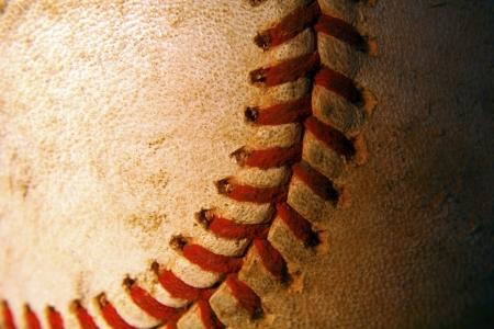 softbol: Un primer plano de un viejo resistido béisbol Foto de archivo