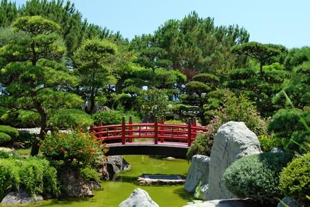 ponte giapponese: Ponte rosso nel giardino giapponese  Archivio Fotografico