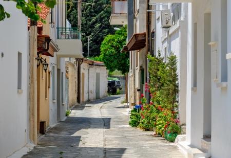 alejce: WÄ…ska ulica w starych Omodos Village na Cyprze Zdjęcie Seryjne