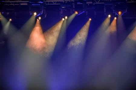 Faretti da palcoscenico appesi a sistemi di illuminazione Archivio Fotografico - 93799234