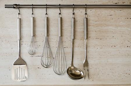 kitchen tools: Verschillende keuken tools voor het koken (keukengerei) opknoping op de muur Stockfoto