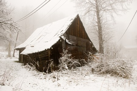 whithe: La caba�a de madera vieja cubierta por nieve whithe  Foto de archivo