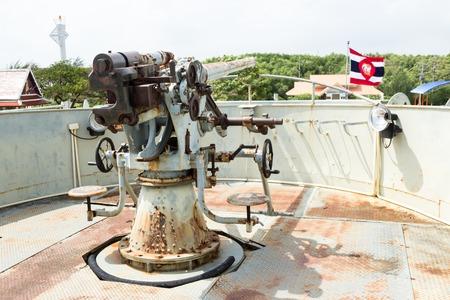 battleship: Old big gun, anti-aircraft gun on the Royal Thai Navy Remembrance Lhuangprasae Battleship Stock Photo