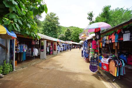 깐 차나 부리 주, 태국 - 2017 년 7 월 7 일 : 태국 현지 시장 Krasae 동굴 또는 죽음 철도 방법 깐 차나 부리 주, 태국에도. 2017 년 7 월 7 일 에디토리얼