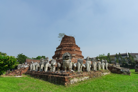 Ruined pagoda with surrounded by lion scultures in Wat Thammikarat Ayutthaya, Thailand. 版權商用圖片
