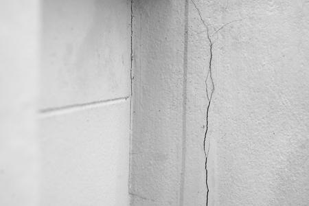 Hausproblem, rissige Gebäudeproblemwand muss repariert werden.