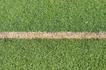 pasto sintetico: campo de fútbol con césped sintético para los juegos
