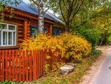 m�lancolie: la chute des feuilles, maison en bois, route, feuilles jaunes, Country Living, ville � la campagne, la m�lancolie, la paix, le calme, calme, silence, beaut�, nature