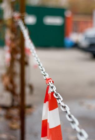 no trespassing: NINGUNA ENTRADA NO PARKING NO VIOLACI�N NO ADMISI�N NO PARADA NO WAY pesado, hierro, metal, cadena, barrera