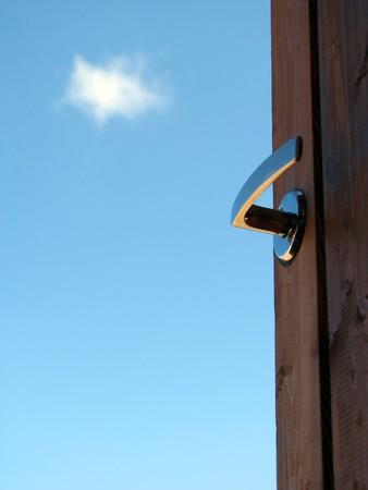 welcome door: Aperturadellaporta contro il cielo blu; opportunit�, nuovo inizio, lancio, successo, concetti di libert�