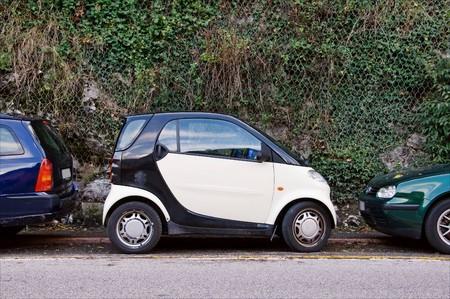 voiture parking: Voiture de petite ville de stationnement sur rue  Banque d'images