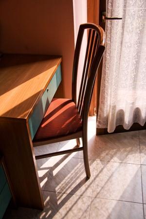 balcony door: Habitaci�n con balc�n abierto puertas, silla y escritorio