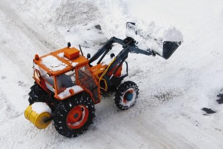 ploegen: Snowplow clearing sneeuw van de straat