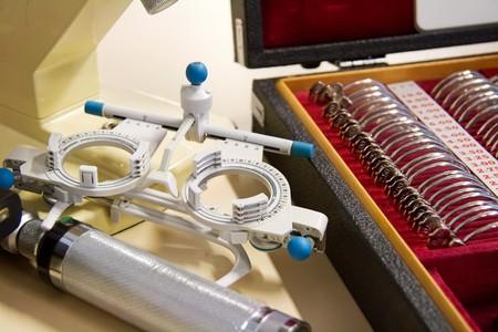 determining: Herramientas de medici�n m�dica para determinar la condici�n del ojo  Foto de archivo