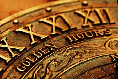 romeinse cijfers: Details van Romeinse cijfers op gouden gekleurde zonnewijzer