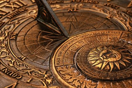sonnenuhr: Oberfl�che des alten Kupfer Sonnenuhr