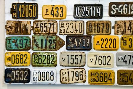 plaque immatriculation: Arri�re-plan de plaques de v�lo vintage dispos�s sur des lignes