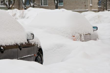 deep freeze: Coches en la calle, cubierto de nieve despu�s de la tormenta de nieve