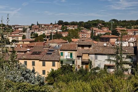 over the hill: Ver la ciudad sobre la colina Asciano en Toscana, Italia Foto de archivo