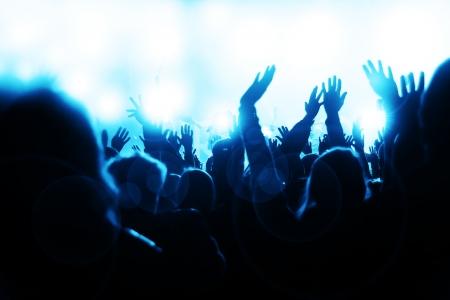 rock concert: Feliz multitud agitando las manos y Sheering en el concierto de m�sica Foto de archivo