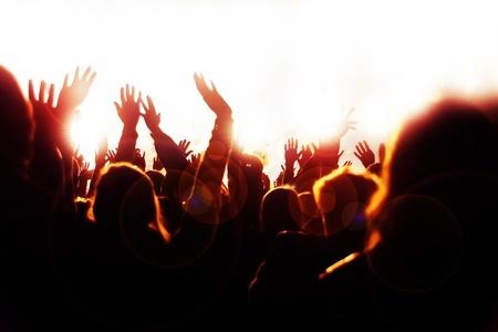 aplaudiendo: Feliz multitud agitando las manos y Sheering en el concierto de m�sica Foto de archivo