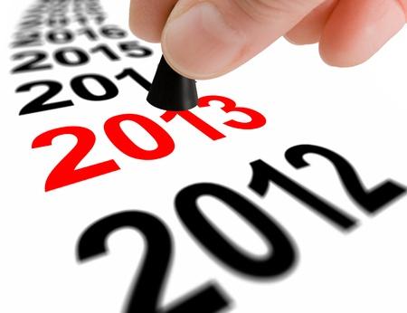 the next step: Mano con il pezzo gioco prendendo il passo successivo per il nuovo anno 2013