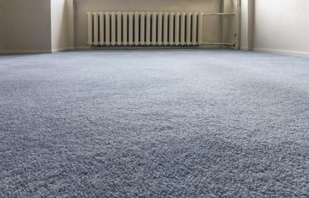 tapete: Interior foto de close-up de piso de carpete azul e aquecedor no fundo