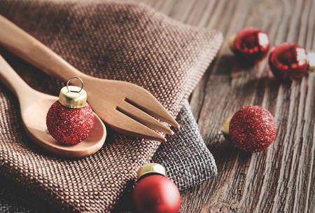 Houten lepel en kerstfeest accessoires op houten tafel Stockfoto - 91008466